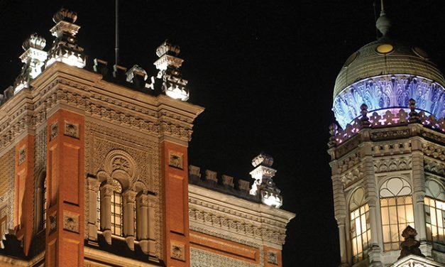 O castelo iluminado na Av. Brasil